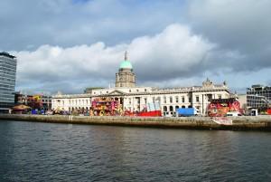 Custom House ob reki Liffey, kjer med drugim domuje občinska oblast, sicer pa je to tudi najlepša stavba v Dublinu. Med mojim obiskom je pred njo deloval zabaviščni park.