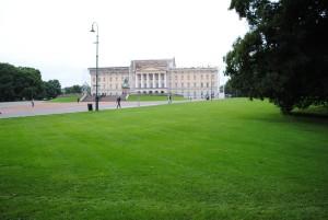 Kraljeva palača v Oslu. Norveška je monarhija, Norvežani pa imajo kralja in kraljico za najpreprostejša med evropskimi monarhi. Tudi zato, ker se je kralj med naftno krizo na smučanje menda odpravil kar z javnim prevozom.