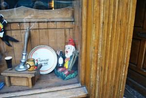 Nekateri pridejo v Dublin zato, da zares počastijo pivo guinness. V muzeju Guinness Storehouse pa lahko izvedo tudi, kako poteka postopek njegove priprave. Na sliki nekaj predmetov v vitrini Guinnessovega bara.
