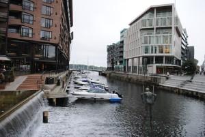 ... neposredno ob obali pa so v njem poslovni prostori (tudi številne banke in zavarovalnice) ter nadstandardna stanovanja.