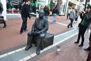 Sproščeno vzdušje na dublinskih ulicah med drugim zagotavlja veseli utrip iz krajevnih pubov. Enkratni nastopi uličnih glasbenikov ter umetnikov. Na fotografiji ni kip, ampak človek!