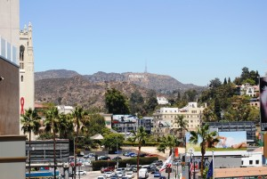 Hollywood – v začetku 19. stoletja le obljuden kraj, ki se je začel razvijati s filmsko industrijo, ki je tu našla mesto tudi zaradi večinoma sončnih dni. Na fotografiji je daleč na hribu napis Hollywood, ki je imel nekdaj poleg še besedo 'land', kot Hollywoodland, a je odpadla, prebivalcem pa je bilo novo ime lepše. Z Los Angelesom so se združili le zaradi skupnega kanalizacijskega in vodnega sistema, ki je v tem delu ZDA ključen za preživetje.