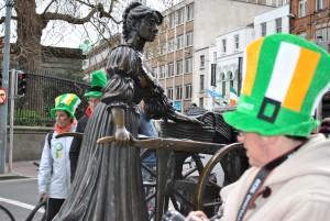 Kip Molly Malone – menda dekleta, ki je ribarilo podnevi in se prodajalo ponoči. Legenda o Molly ni nujno resnična, je pa o njej nastala tudi popularna dublinska pesem. Po legendi naj bi sicer to dekle še zelo mlado umrlo 13. junija 1699, zato je 13. junij razglašen za Mollyjin dan.