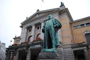 Gledališče, pred katerim ponosno stojita kipa velikih norveških dramatikov, Bjornstjerna Bjornsona in Henrika Johana Ibsena.