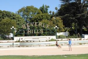 Na Beverly Hillsu. Logotip mesta (če se ga spomnite iz nadaljevanke Beverly Hills 90210), ki pozdravi obiskovalca na vhodu v območje, je zaščiten in njegovih fotografij ni dovoljeno objavljati, razen če to dovoli – seveda za ustrezno plačilo – gospodarska zbornica Beverly Hillsa.