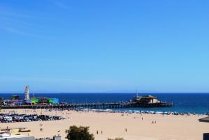 Santa Monica – čudovito mestece tik ob Pacifiku, kjer počitnikujejo premožni, številni predstavniki filmske elite pa živijo v naseljih Brentwood in Westwood.