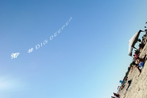 Na fotografiji napis, ki so ga na nebu zarisala letala.