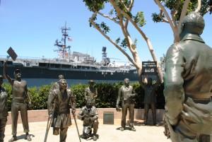 Obalo San Diega polnijo vojaški spomini, kot so velike vojaške ladje in na njih vojaška letala, številni spomeniki vojakom ter prikupne trgovinice v t. i. Obalni vasici, ki pa stoji na mestu nekdanjega zapora.