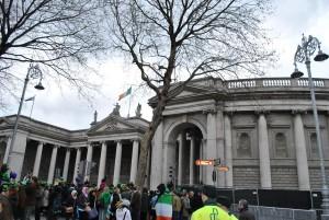Irska banka (na fotografiji), končana leta 1739, po skoraj šestih desetletjih gradnje, je bila sprva dom irskega parlamenta, a jo je leta 1802 kupila Irska banka.
