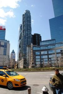 Manhattnu vladajo nebotičniki in rumeni taksiji.
