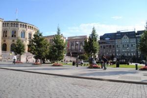 Mestni utrinek. Na fotografiji levo norveški parlament, za katerega bi oko tujca zaradi majhnosti in skromnosti le stežka samo ugotovilo, da je dom demokracije.