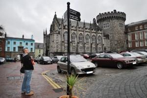 Dublinski grad je bil več kot 700 let sedež angleške vlade na Irskem, danes pa ga uporabljajo za državne namene, ustoličenje predsednikov in občasna evropska srečanja. Zavzema jugovzhodni kot z obzidjem obdanega normanskega mesta in gleda na že davno izginuli črni tolmun (dubh linn), ki je dal mestu staro irsko ime.