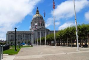 Veličastna mestna hiša. Pred njo preživljajo noči pa tudi dneve brezdomci iz San Francisca.