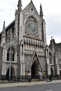 Stolnica Kristusova cerkev je starejša od edinih dveh dublinskih stolnic (poleg nje je to še stolnica sv. Patrika). Zanimivo je, da je tako, kot je obnovo stolnice sv. Patrika financirala bogata družina Guinness, obnovo Kristusove cerkve v 19. stoletju plačal izdelovalec viskija Henry Roe. Stolnico je sicer že leta 1038 ustanovil nordijski kralj Silkenbeard. Kljub dvema protestantskima stolnicama je Dublin pretežno katoliško mesto.